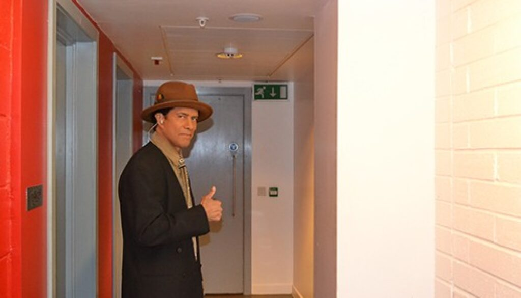 gregory abbott_back stage_thumbs up